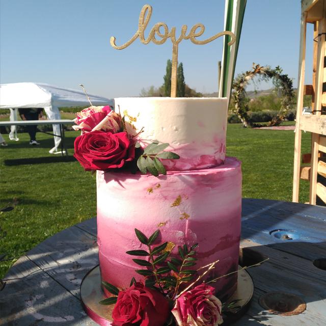 Tarta de boda moderna con rosas naturales